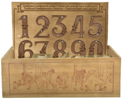Display crate with house numbers. Cast iron. 49,2x39,5x38,4cm. oq/100,mc/100 Pg.41
