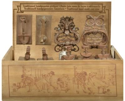 Display crate with doorknockers ass. Cast iron. 49,2x39,5x38,4cm. oq/24,mc/24 Pg.41
