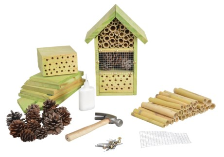 Do it yourself Insect hotel. Pinewood, bamboo, pine cone, metal. 18,5x14,4x26,5cm. oq/12,mc/12 Pg.1