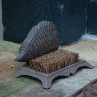 Bootscraper hedgehog. Cast iron, coconut fibre. 25,3x15,8x15,0cm. oq/8,mc/8 Pg.46